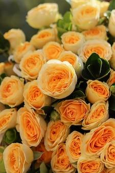Obraz tła bukietu żółtych róż w kształcie piwonii z zieloną korą brzozy luksusowy bukiet