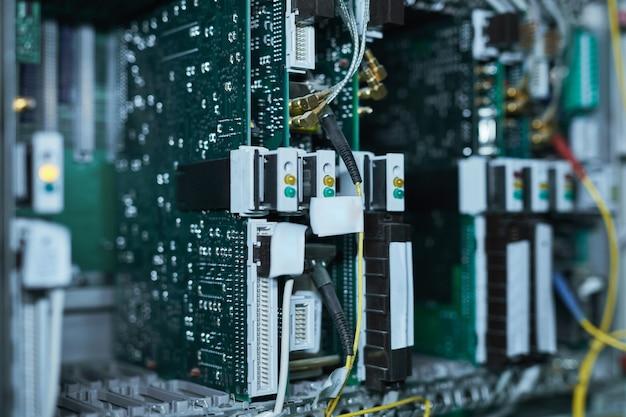 Obraz tła serwerów kasetowych w szafie serwerowej w superkomputerze lub centrum danych, miejsce na kopię