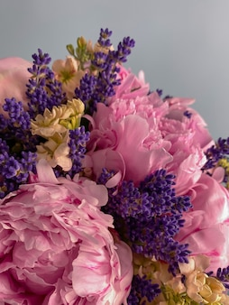 Obraz tła z pięknym zbliżeniem kwiatów bukiet różowych piwonii i lawendy