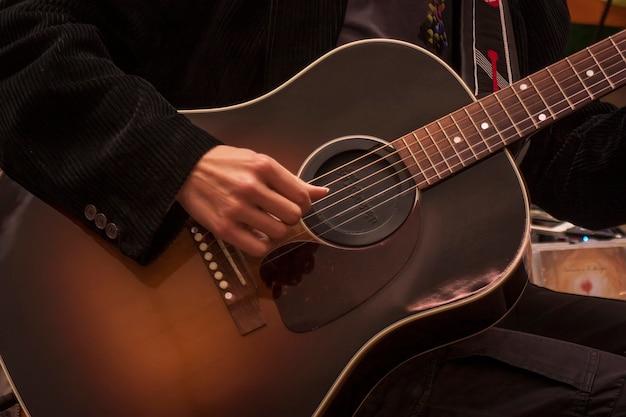 Obraz tradycyjnej gitary granej przez muzyka