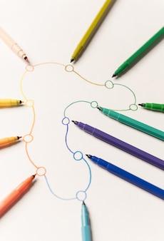 Obraz trasy liniowej z punktami pomalowanymi kolorowymi markerami na białym papierze. miejsce na logo, tytuły