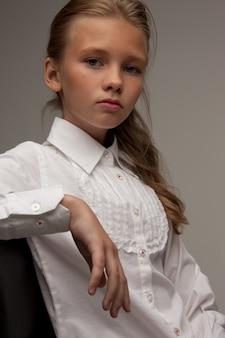 Obraz uroczej dziewczyny na szarym tle