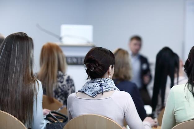Obraz w tle biznesmena przemawiającego na seminarium biznesowym.