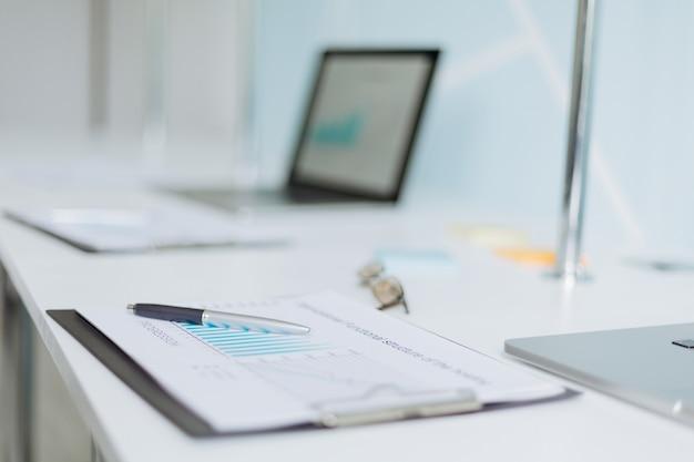 Obraz w tle dokumentów finansowych w biurze biurko. zaplecze biznesowe.