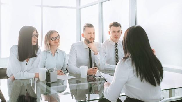 Obraz w tle grupy ludzi biznesu siedzi przy biurku. zdjęcie z miejscem na kopię