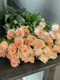 Obraz w tle pięknych kwiatów w zbliżeniu bukiet kremowych róż niezwykłej odmiany i
