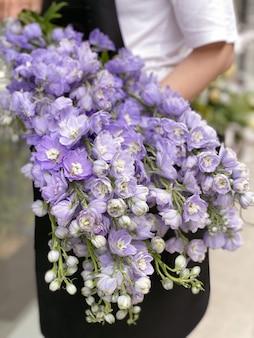 Obraz w tle pięknych kwiatów w zbliżeniu bukiet liliowoniebieskiego delphinium