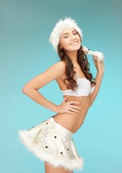 Obraz wesołej dziewczyny pomocnika santa w bieliźnie.