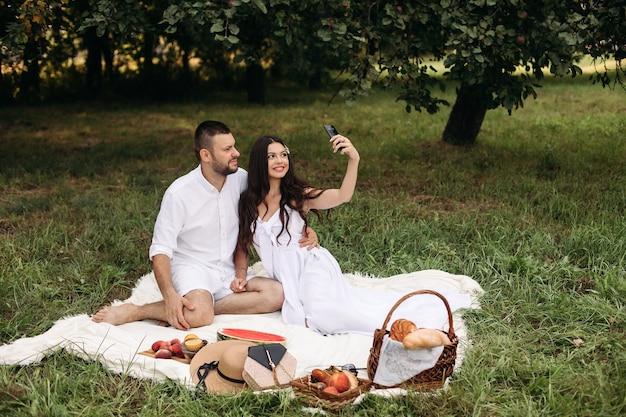 Obraz wesołej młodej kaukaskiej kobiety i mężczyzny trzyma swoje dziecko na rękach, uśmiecha się i raduje