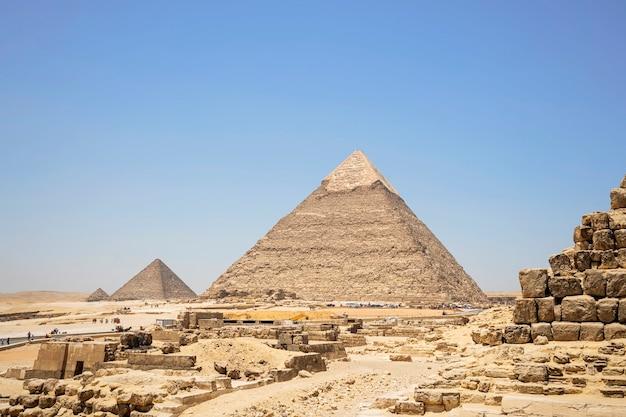 Obraz wielkiej piramidy w gizie. kair, egipt. na pierwszym planie mała piramida kapłanów.
