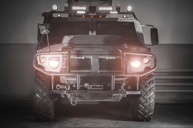 Obraz wojskowej ciężarówki z włączonymi światłami i lampami. koncepcja wojny. antyterroryzm.