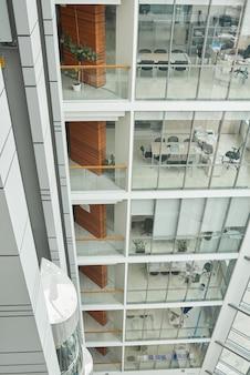 Obraz wysokiego nowoczesnego budynku z dużymi oknami i szklanymi ścianami