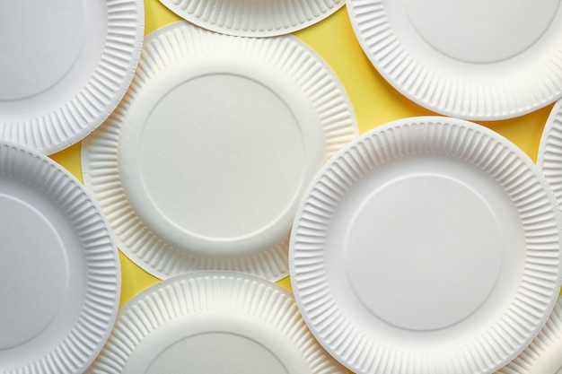 Obraz z góry kilku białych kartonowych płyt do góry nogami i do góry nogami na żółtym tle