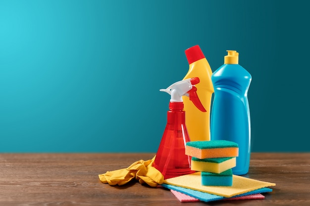 Obraz z różnymi narzędziami do czyszczenia pomieszczeń i środków czyszczących