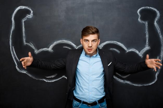 Obraz zabawnego człowieka z fałszywymi ramionami mięśni