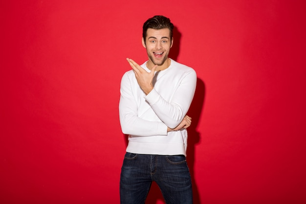 Obraz zaskoczony szczęśliwy człowiek w sweter patrząc