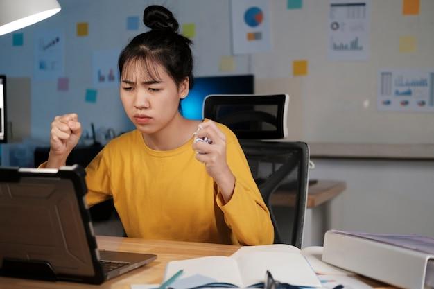Obraz zły przepracowany młoda kobieta w domowym biurze.