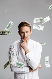 Obrazek atrakcyjny caucasian mężczyzna z pieniądze