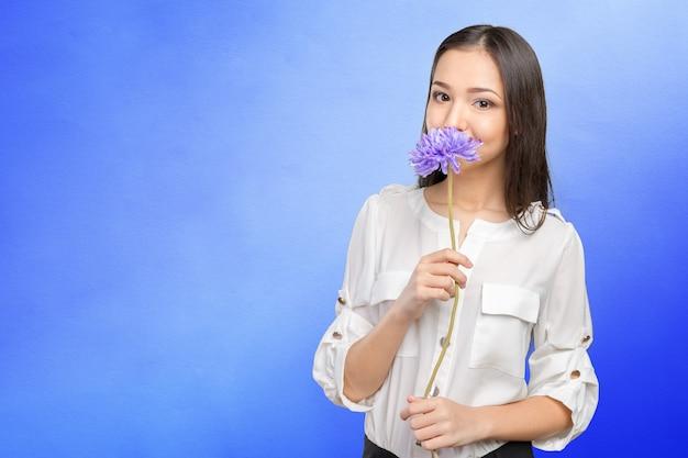 Obrazek młoda i piękna kobieta z kwiatem