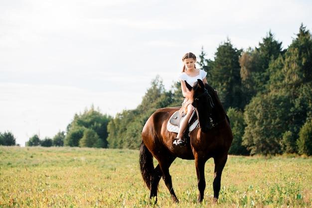 Obrazek młodej ładnej dziewczyny jeździecki koń