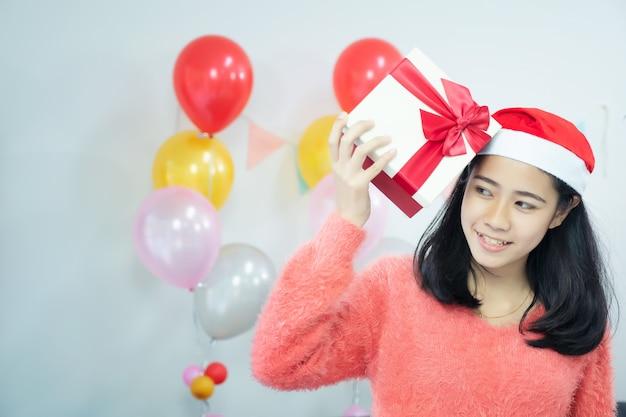 Obrazek pokazuje przyjaciół świętuje boże narodzenia w domu. zaskoczony przyjaciel szczęśliwy w biurze