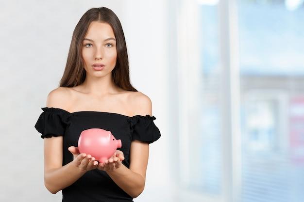Obrazek urocza kobieta z prosiątko bankiem