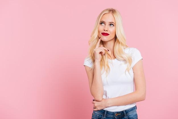 Obrazek zadumana blondynki kobieta przyglądająca nad menchiami up