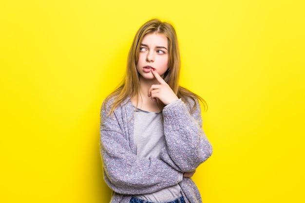 Obrażona dziewczyna nastolatka na białym tle