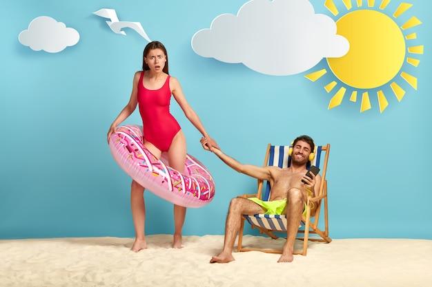 Obrażona para pozuje na plaży