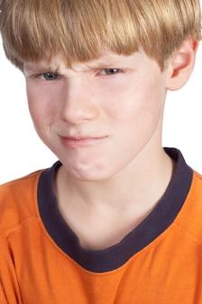 Obrażony chłopiec na białym tle