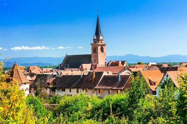Obrazowe tradycyjne wioski alzacji, słynnego regionu winiarskiego we francji