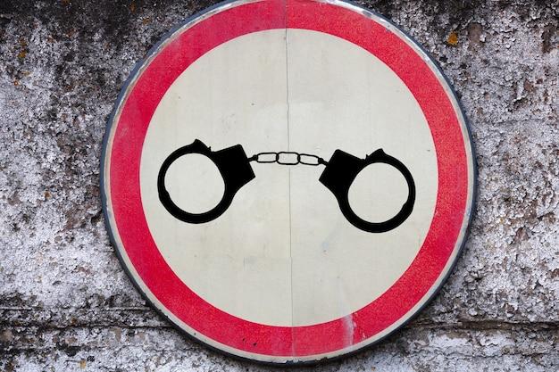 Obrazy kajdanek na znaku drogowym. koncepcja przestępczości drogowej. zdjęcie wysokiej jakości