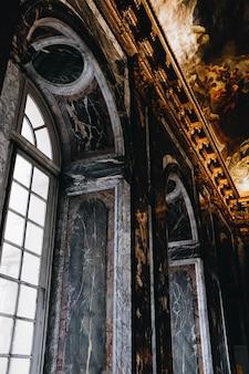 Obrazy na suficie w pięknym starym budynku
