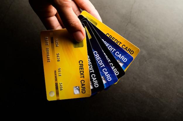 Obrazy z bliska wielu telefonów z kartami kredytowymi