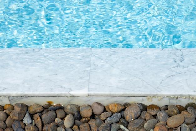 Obręcz basenu wodnego beautifil z białego marmuru z okrągłą kamienną dekoracją dla chłodnego, letniego tła