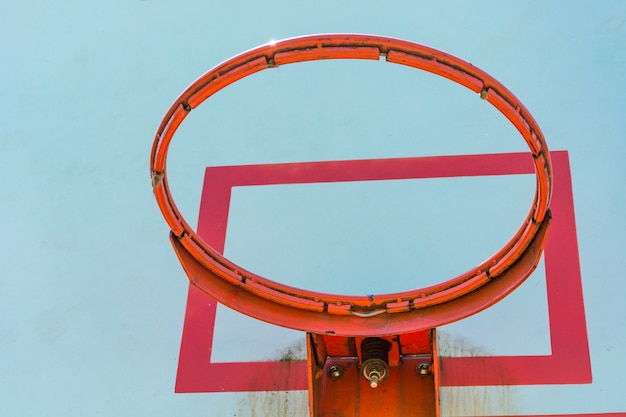 Obręcz do koszykówki i tablicy z błękitnym niebem