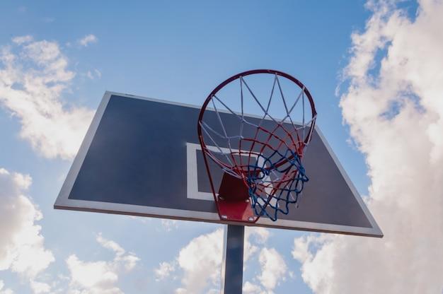 Obręcz do koszykówki i tło błękitnego nieba, kosz do koszykówki.