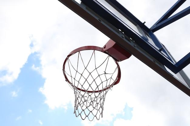 Obręcz do koszykówki na boisku do koszykówki ulicy