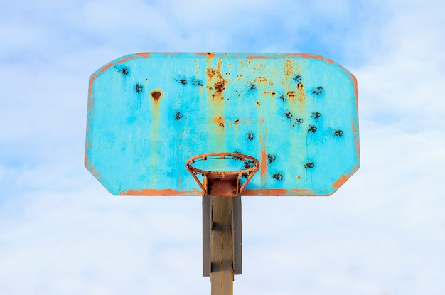 Obręcz do koszykówki na tle nieba