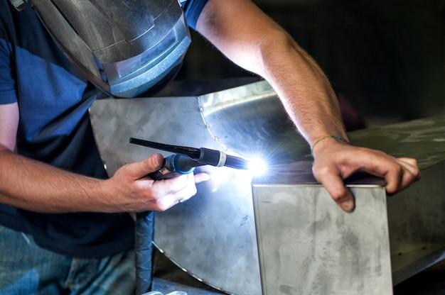 Obróbka metali spawa dwa metalowe elementy