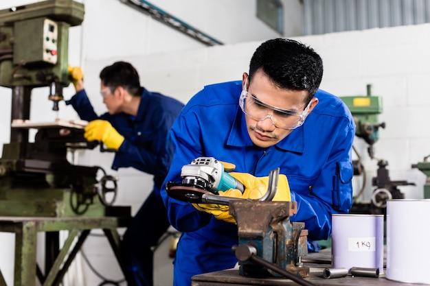 Obróbka metali w szlifowaniu w warsztatach przemysłowych
