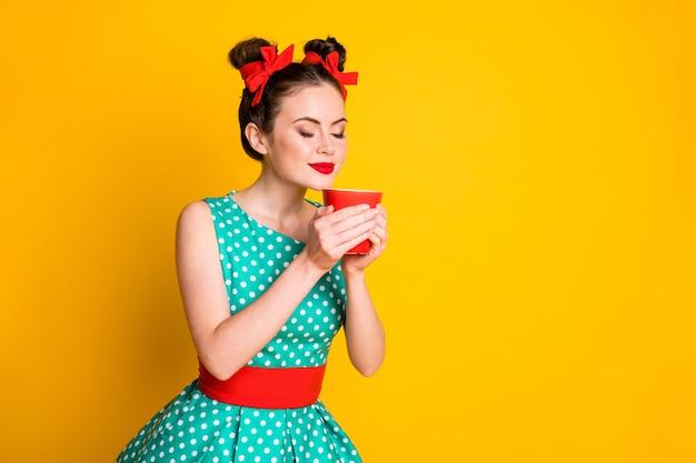 Obrócone zdjęcie pozytywnej dziewczyny zapach napój z kofeiną kubek nosić turkusową spódnicę na białym tle połysk kolor tła