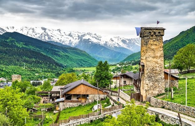 Obronne wieże svan w mestii. światowe dziedzictwo unesco w górnej swanetii, gruzja