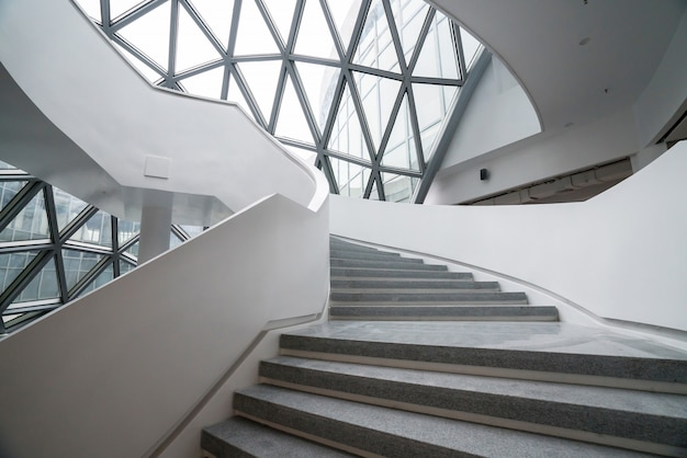 Obrotowe schody muzeum sztuki, muzeum sztuki współczesnej w chongqing w chinach.