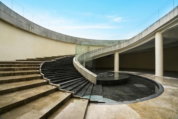 Obrotowe schody znajdują się na placu