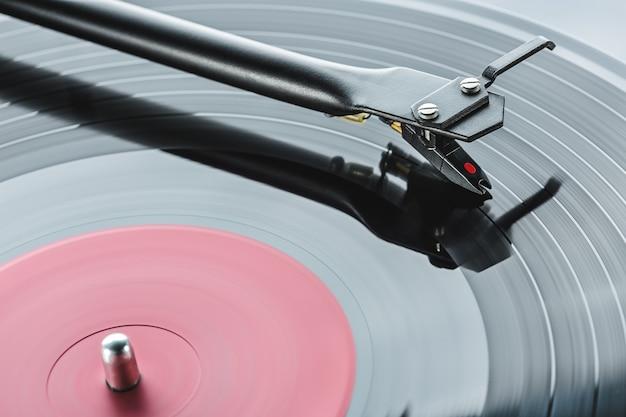 Obrotowy mechanizm ramienia gramofonu.