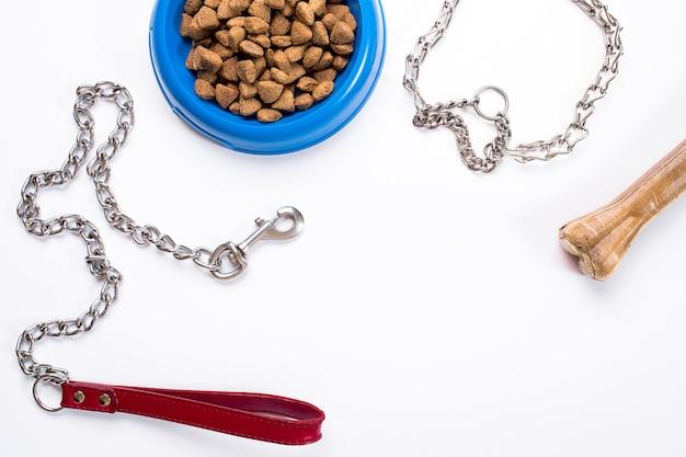 Obroża niebieska miska ze smyczą i przysmakiem dla psów na białym tle