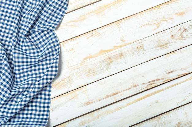 Obrus na drewnianej powierzchni