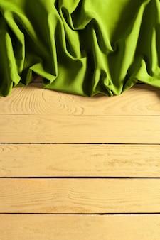 Obrus na drewnianym stole