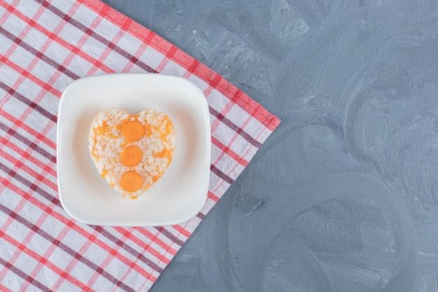 Obrus pod talerz pilaw na marmurowym stole.